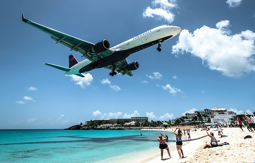 Vliegtuig land net boven strand in Sint-Maarten