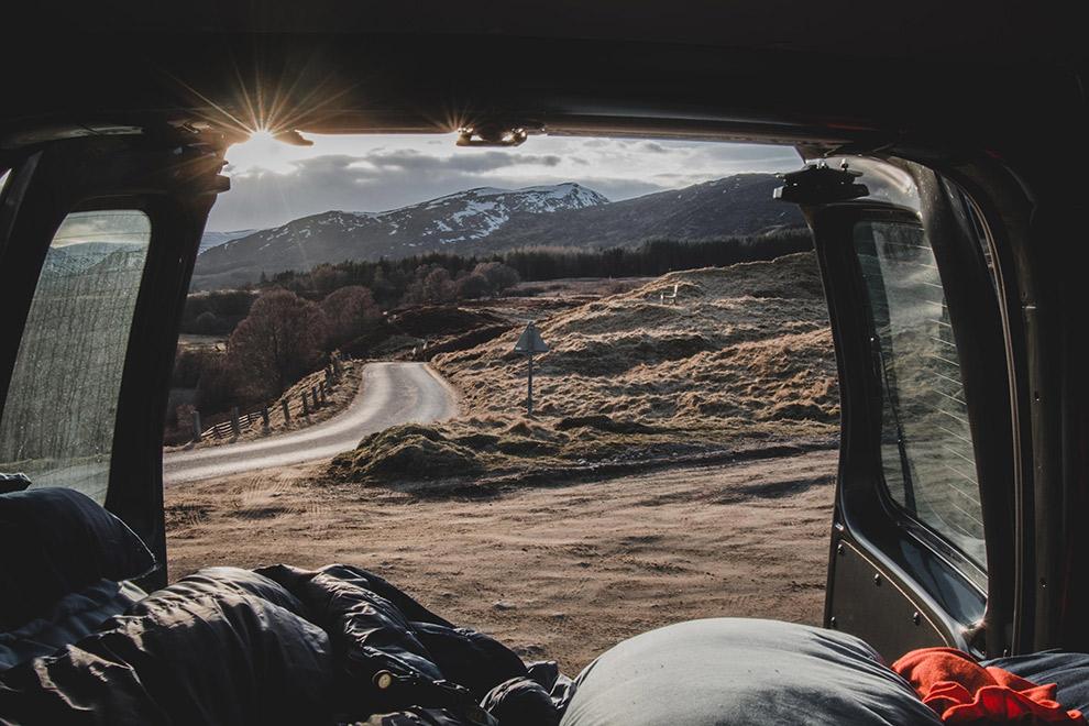 Uitzicht vanuit busje tijdens winterkamperen in Schotland