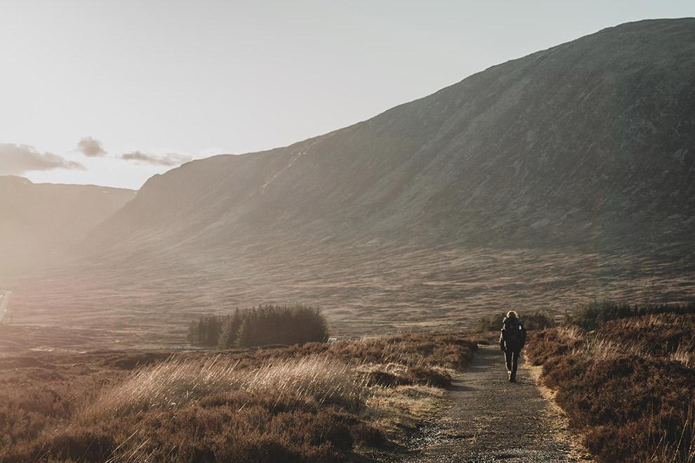 Wandelen over de West Highland Way tijdens zonsopgang