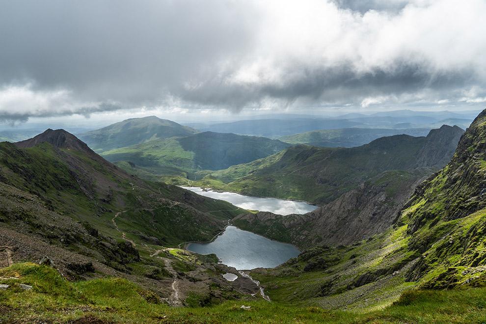 Onstuimige dag boven groen berglandschap Snowdonia in Engeland