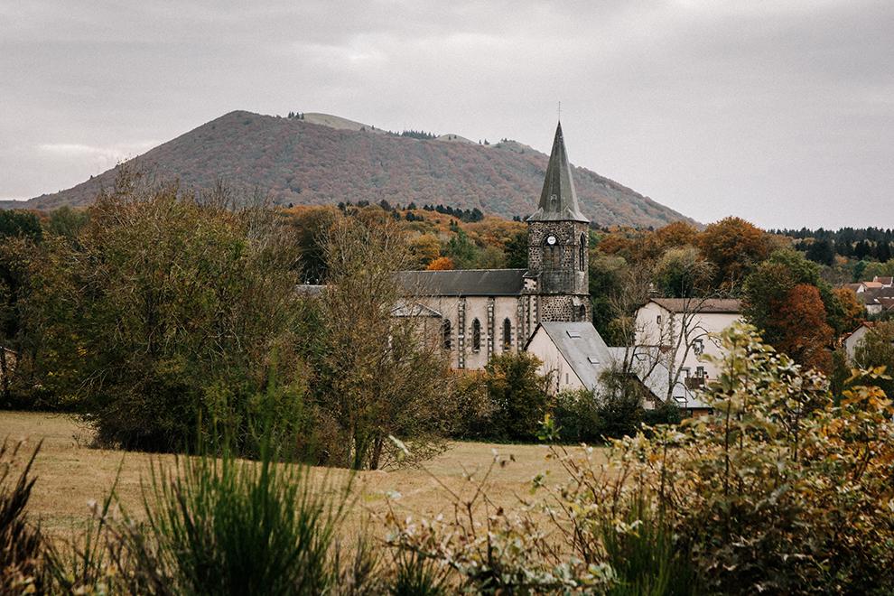 Dorpje aan de voet van de vulkaan inclusief kerktoren