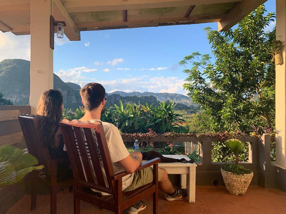 Uitzicht vanaf terras op de Viñales Vallei in Cuba
