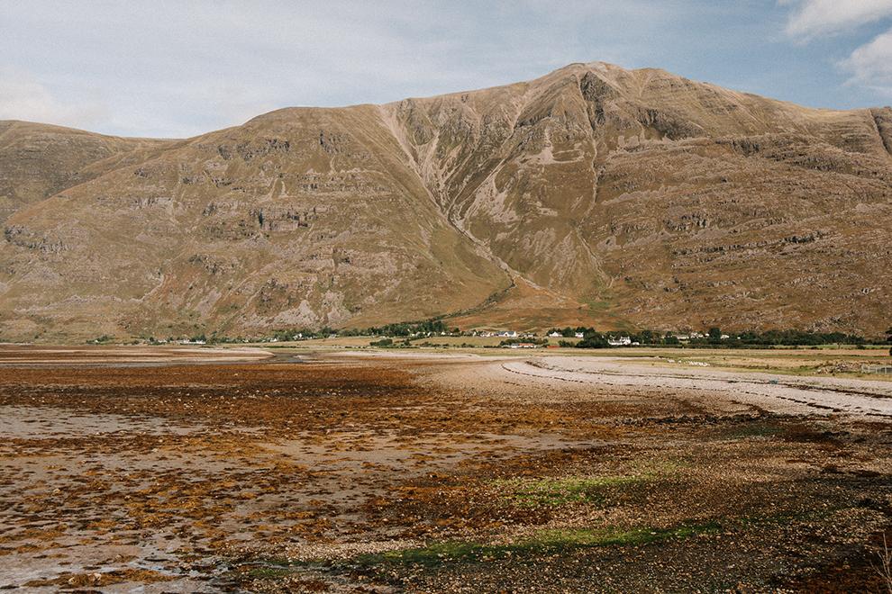 Schotse bergtoppen in een kaal landschap