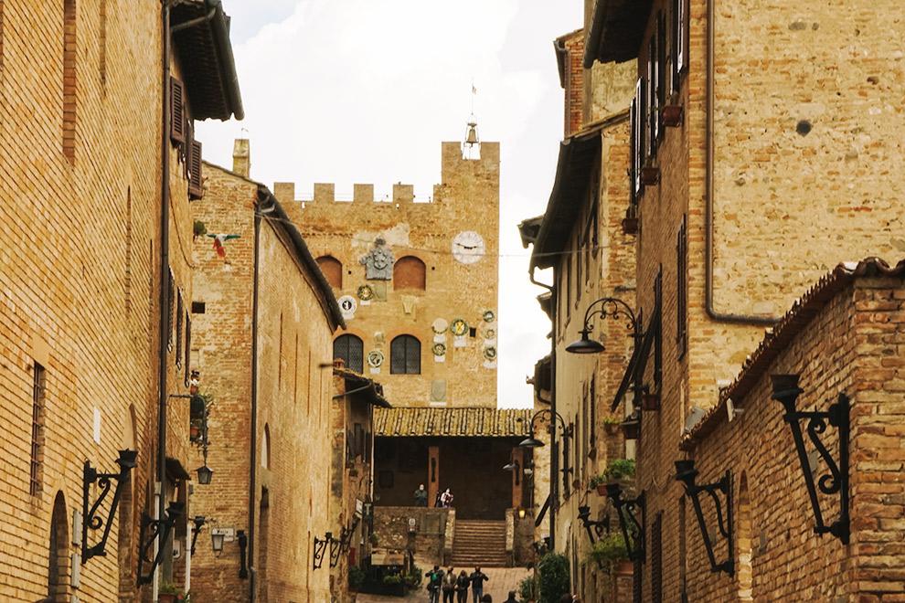 Gele bakstenen muren in Italiaans historisch dorpje