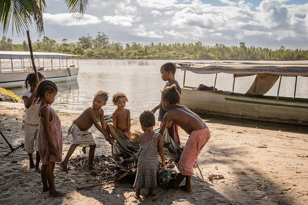 Kinderen spelen op het strand in Madagaskar