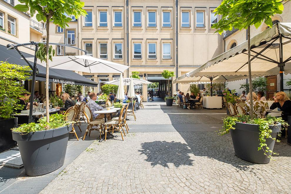 Gezellig terras op binnenplein in Luxemburg