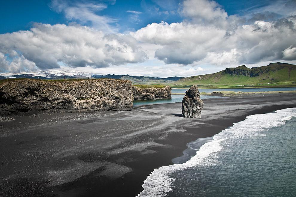 Uitzicht op het ruige zwarte strand van Dyrhólaey in IJsland