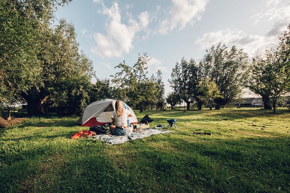 Eten klaarmaken op camping midden in groen grasveld