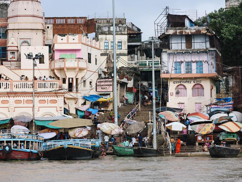 De heilige rivier de Ganges dat bekend staat om lijkverbrandingen