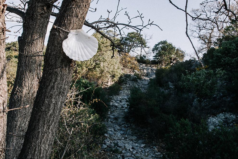 Schelpen leiden de weg op de bedevaartroute in Frankrijk