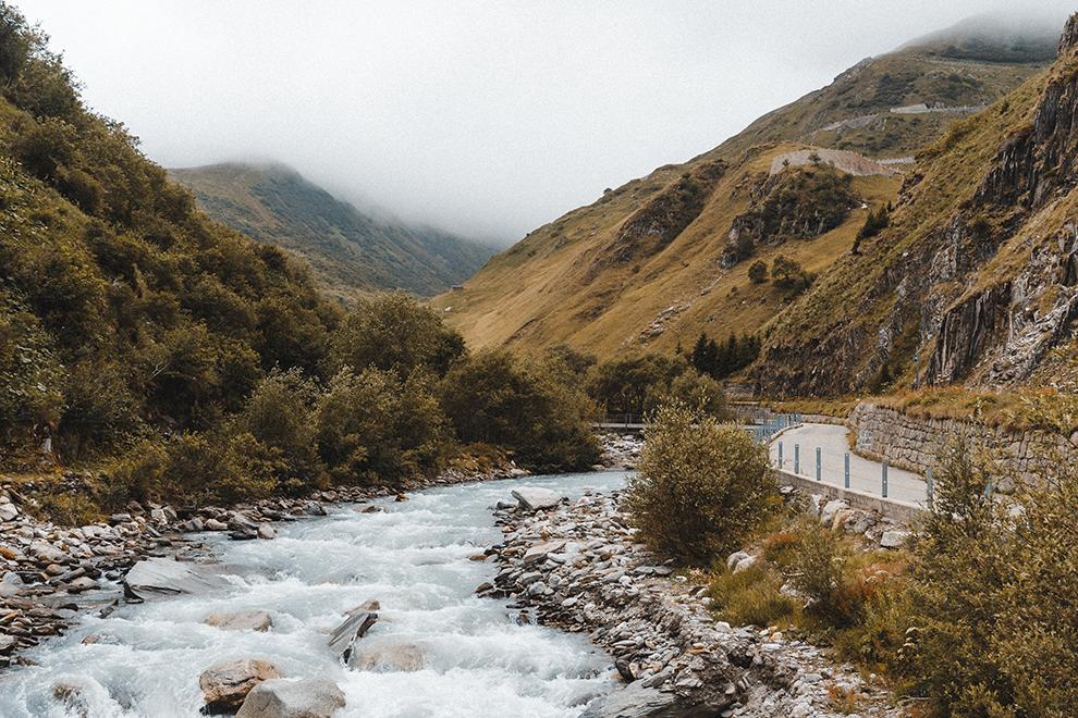 Rivier stroomt door een herfstachtig Gotthardmassief