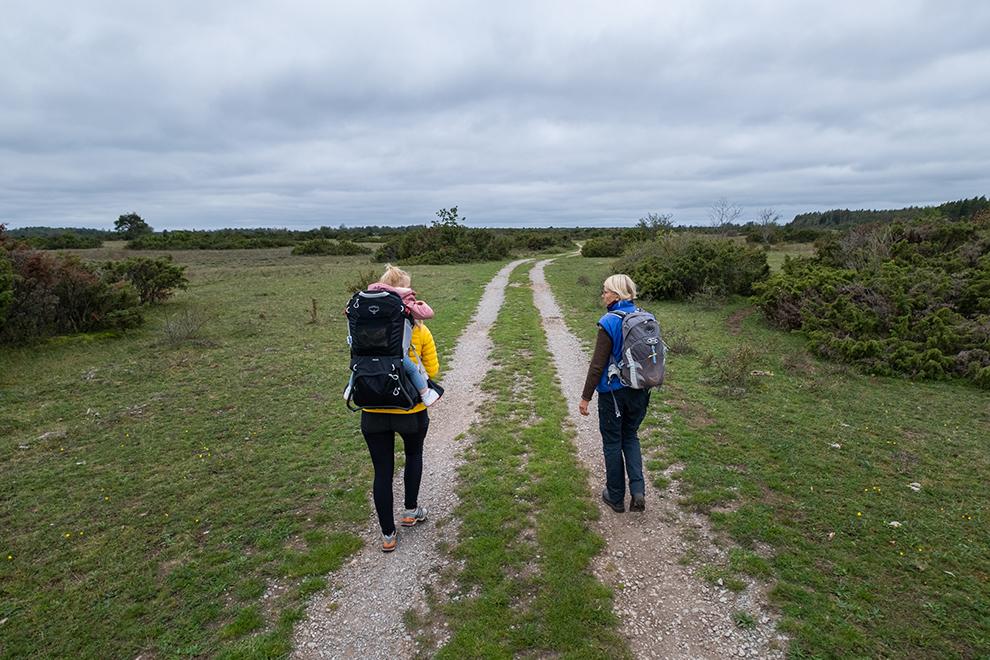 Moeder en dochter wandelen met gids over de zandpaden van eiland Öland