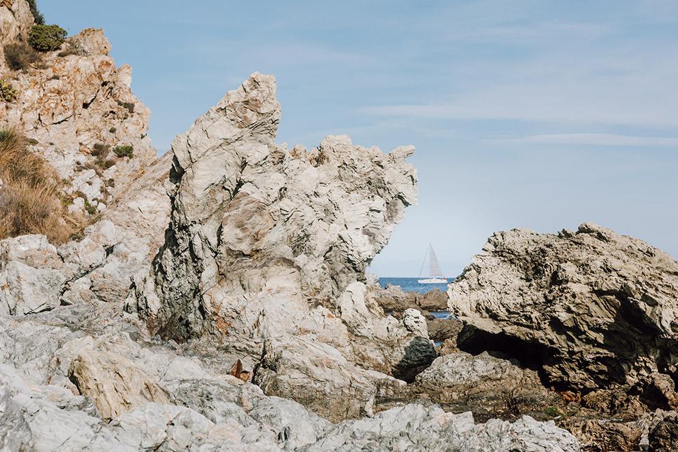 Ruige, maar rustige kustlijn in Frankrijk
