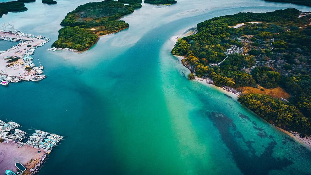 Blauwgroen water aan de kust van tropisch Mexico