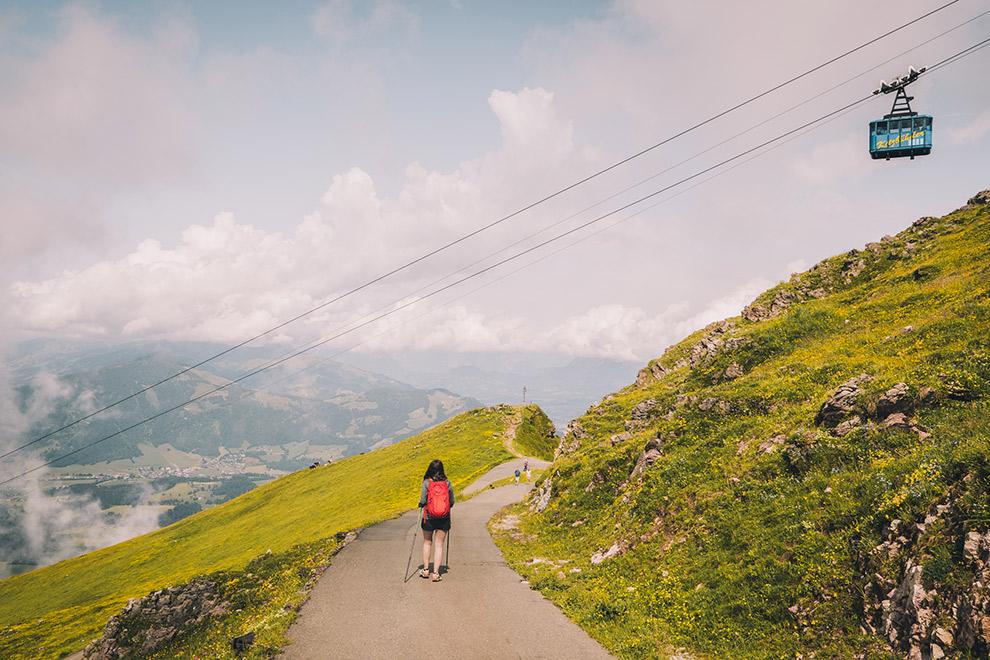 Wandelen onder kabellift in de bergen van het Oostenrijkse Tirol