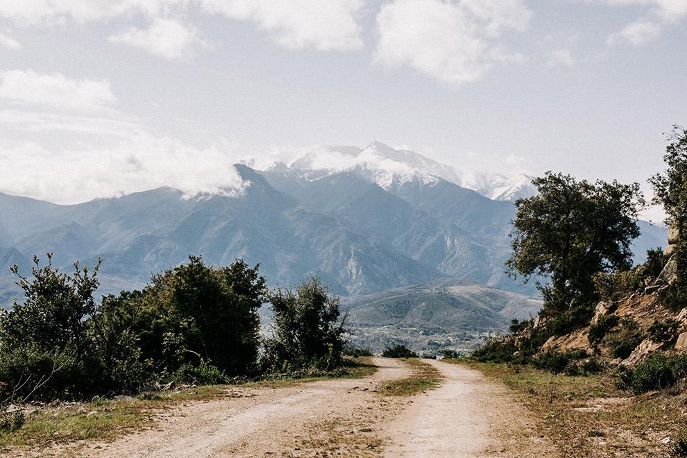 Besneeuwde bergtoppen in de Franse Pyreneeën