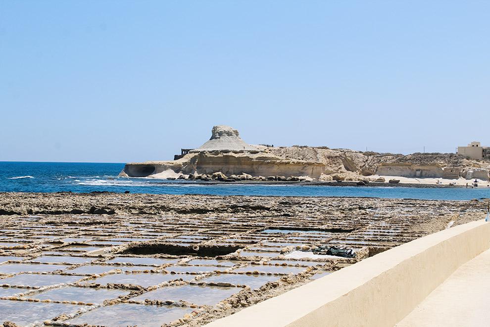 Uitzicht op de zoutvlaken van Qbajjar