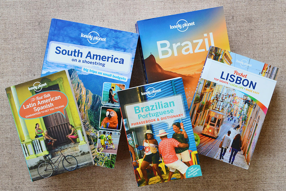 Verzameling blauwe reisgidsen van Lonely Planet