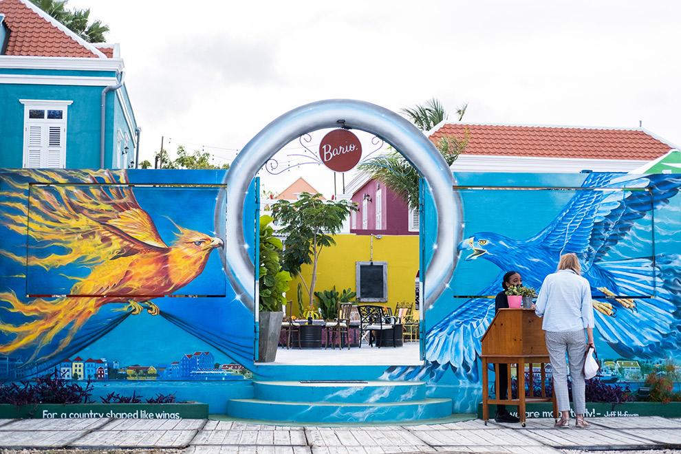Kleurrijke blauwe muurschildering bij Lionfish Caribbean in Curaçao