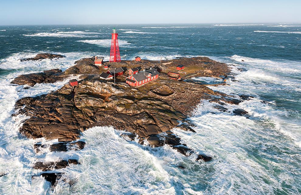Klein eiland omringd door een dramatisch wilde zee