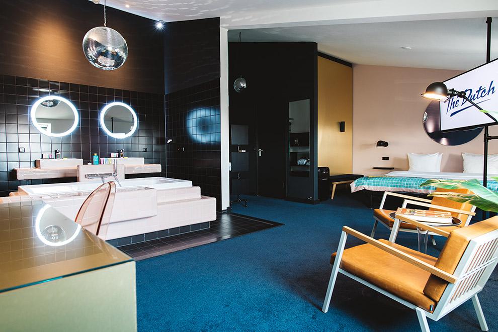 Extra grote kamer in Hotel TheDutch inclusief discobal boven het bad