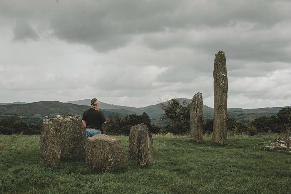 Rechtopstaande stenen in het gras in Ierland