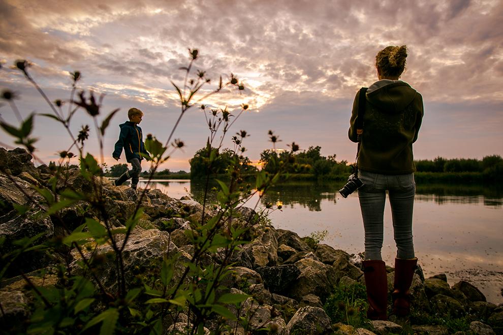Wandelen in de Biesbosch bij zonsondergang