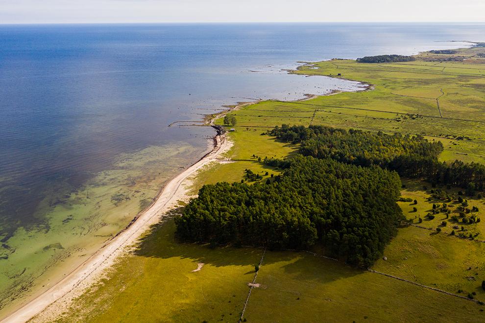 Dronefoto van kustlijn eiland Öland