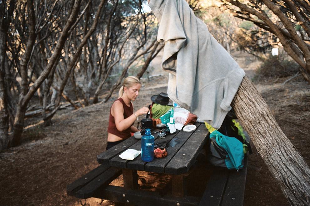 Creatief koken aan picnic tafel op de camping