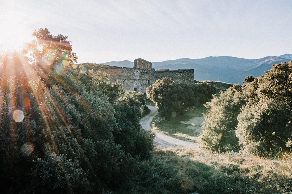 Priorij tussen bergen in het zonlicht