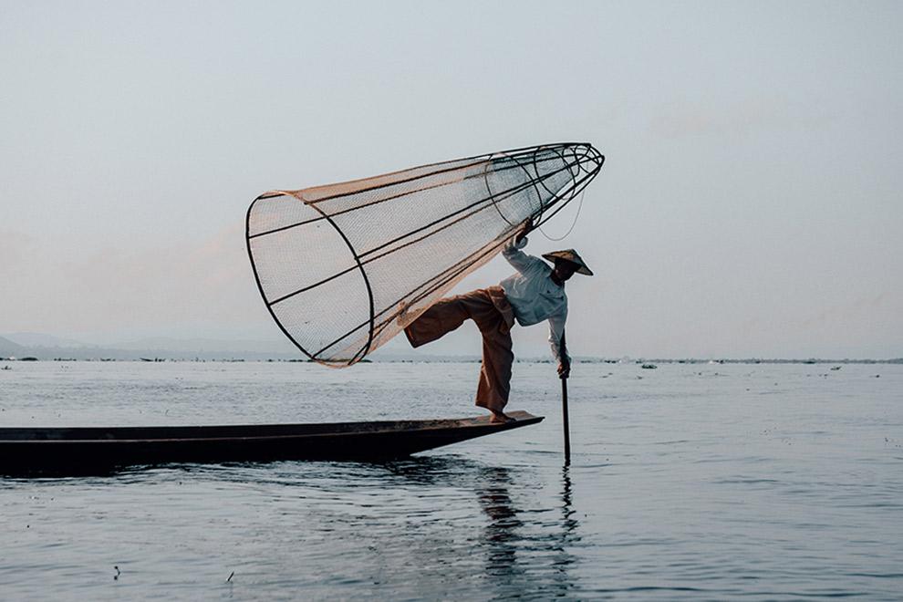Lokale visser poseert op bootje