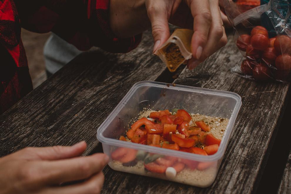 Simpele lunch tijdens lange trektocht