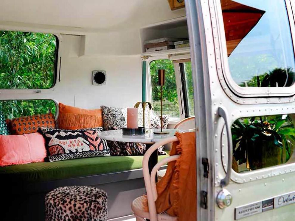 Kleurrijk ingerichte Airstream bus op camping Het Bos Roept