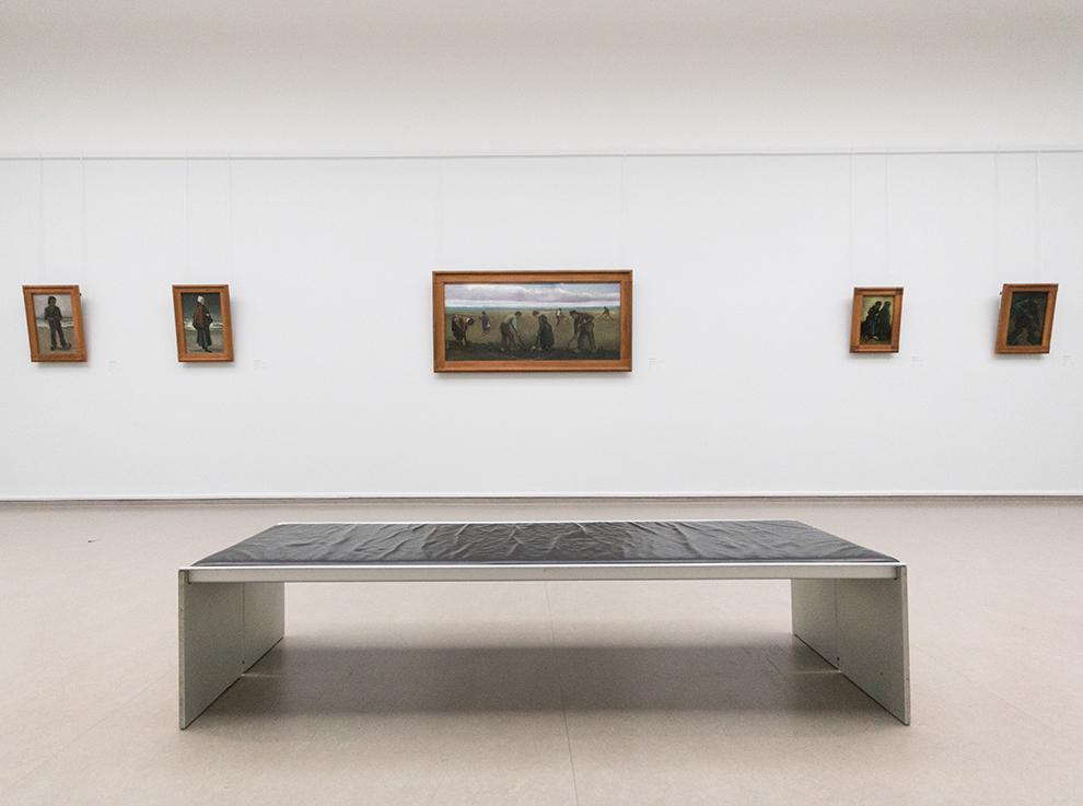 Witte muur met ingelijste schilderijen in het Kröller-Müller museum