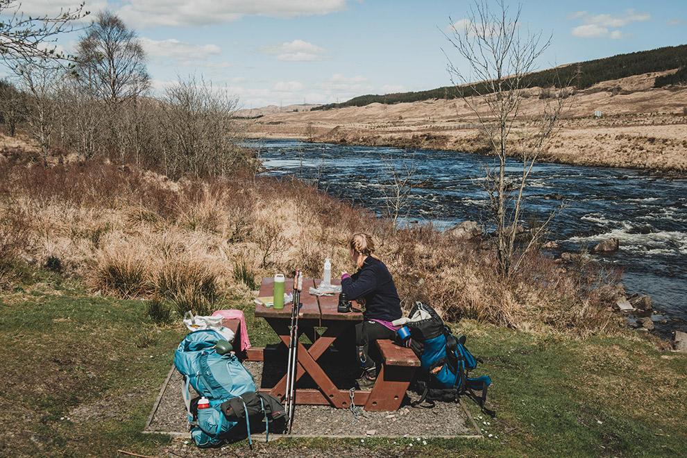 Picnicken tijdens avontuurlijke trektocht in de highlands van Schotland