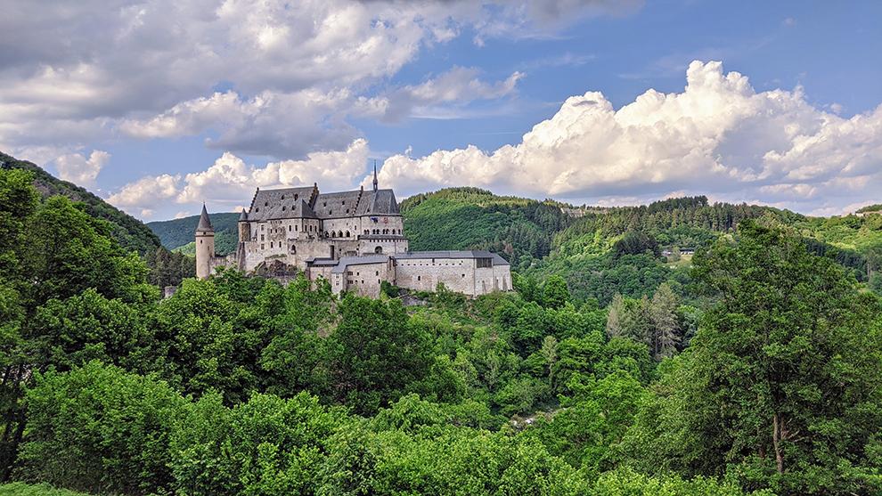 Groen boslandschap met prachtig oud Luxemburgs Kasteel