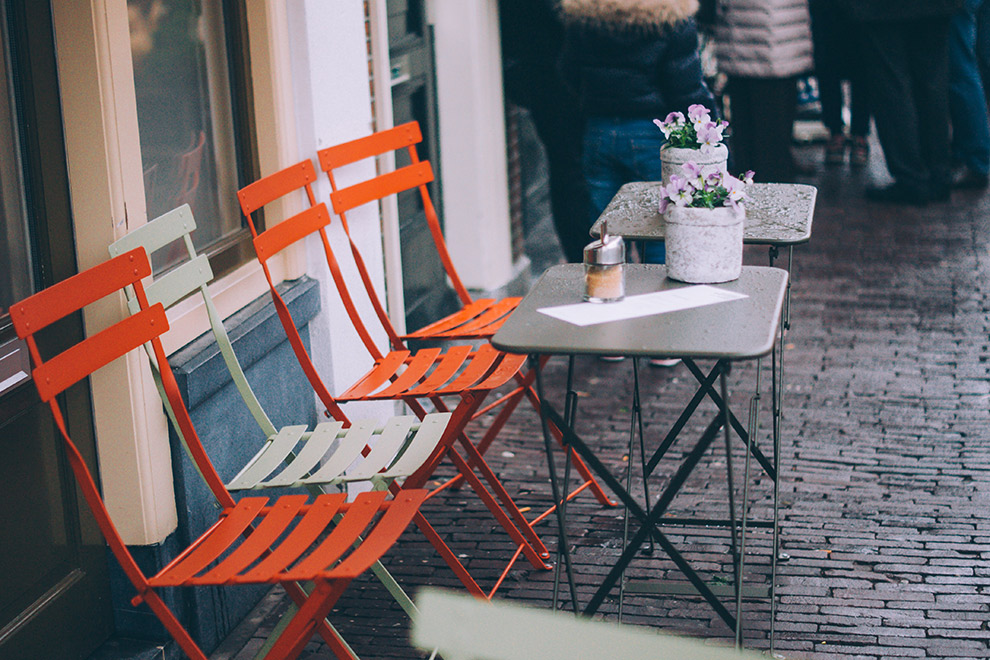Koffie drinken op het terras in Leiden
