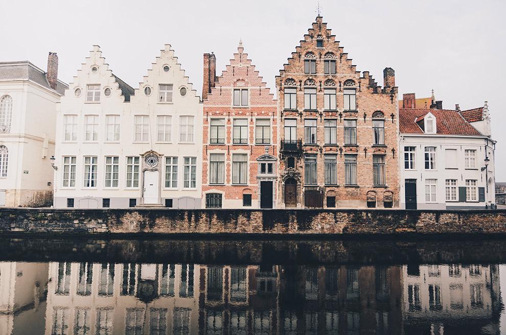 Grachtenpanden Brugge weerspiegelen in water