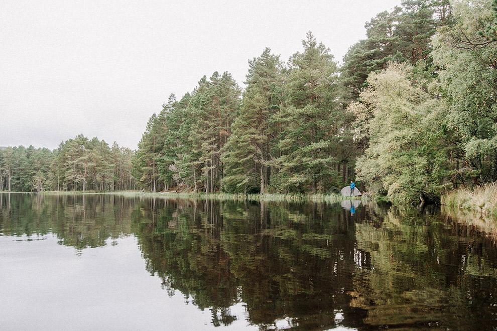 Tent opzetten naast meer in de bossen