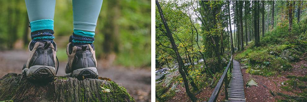Wandelschoenen en houten wandelpad door bos