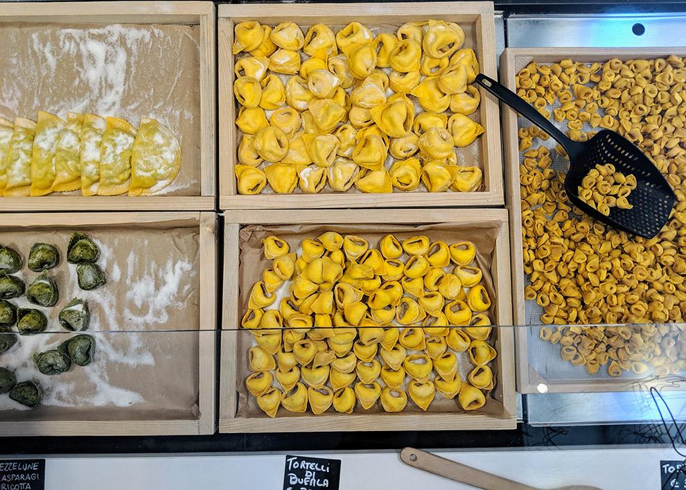 Italiaanse deeghapjes tentoongesteld in etalage