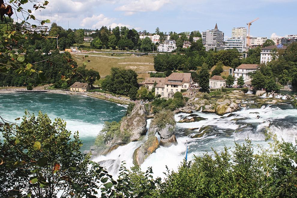Stadje Neuhausen op de achtergrond van indrukwekkende waterval