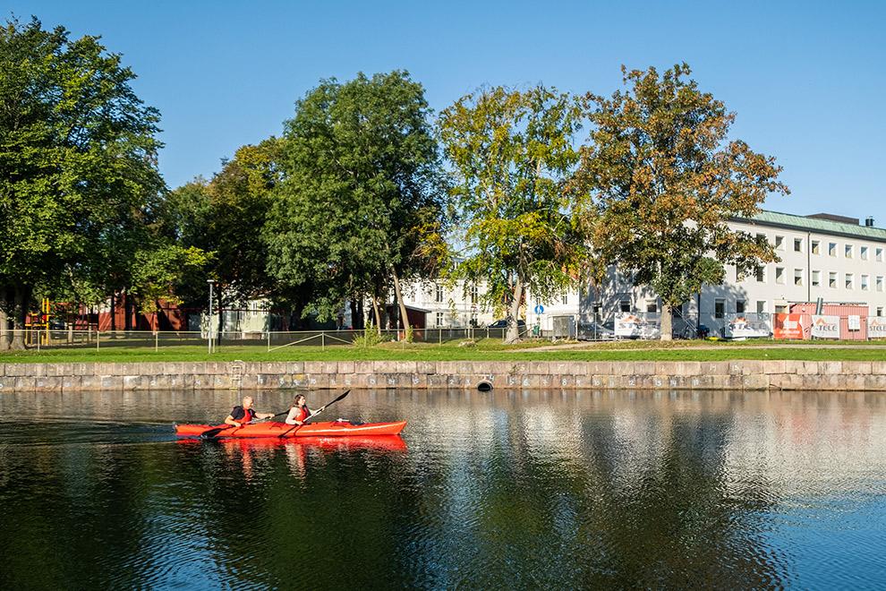 Peddelen met de kajak door de wijken van Kalmar in Zweden