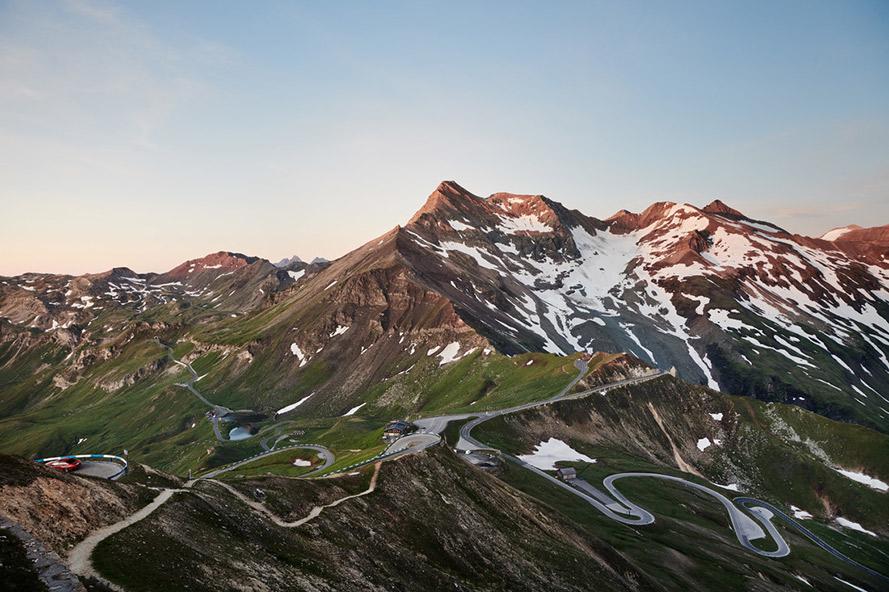 Imposante bergpartijen bedekt met sneeuw bij zonsondergang