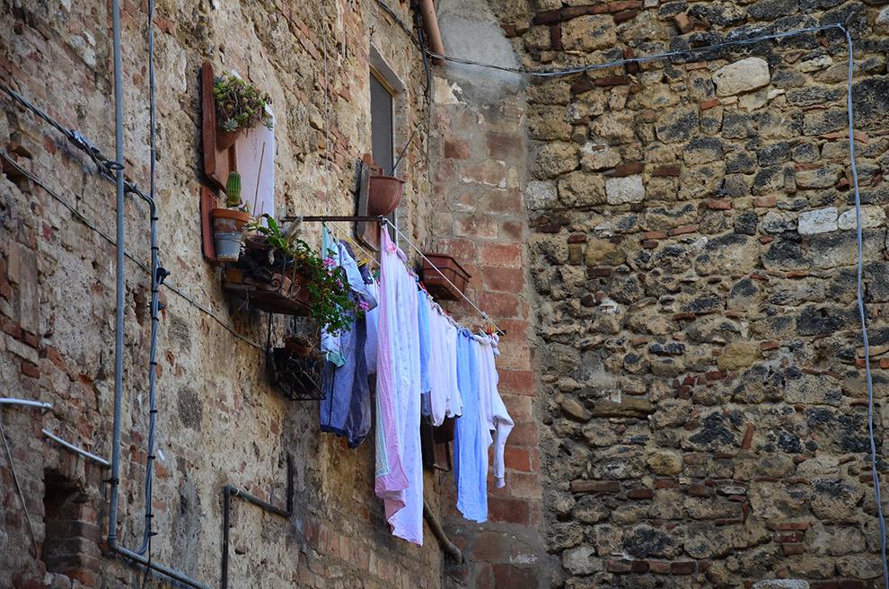 Was hangt buiten in Italiaans stadje
