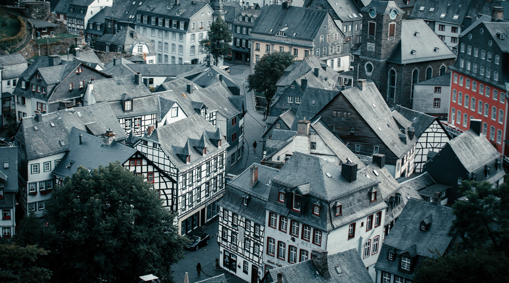 Uitzicht op de bijzondere stad Monschau in Duitsland
