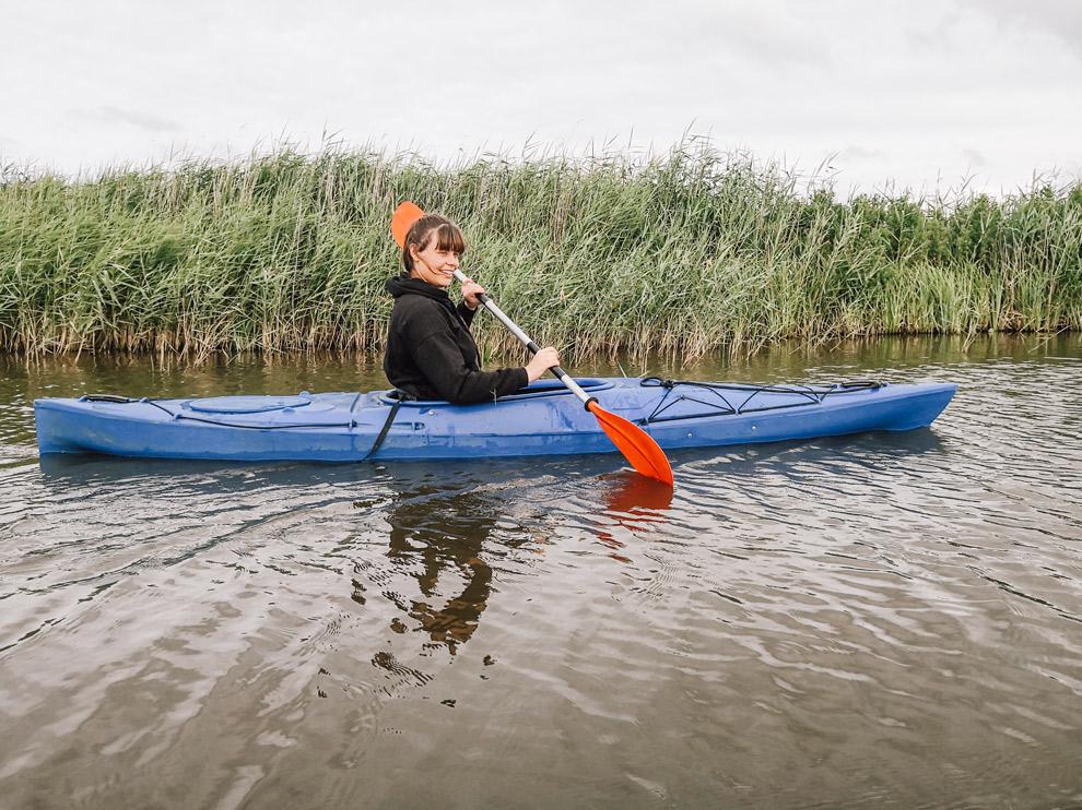 In een blauwe kajak door het Lauwersmeergebied