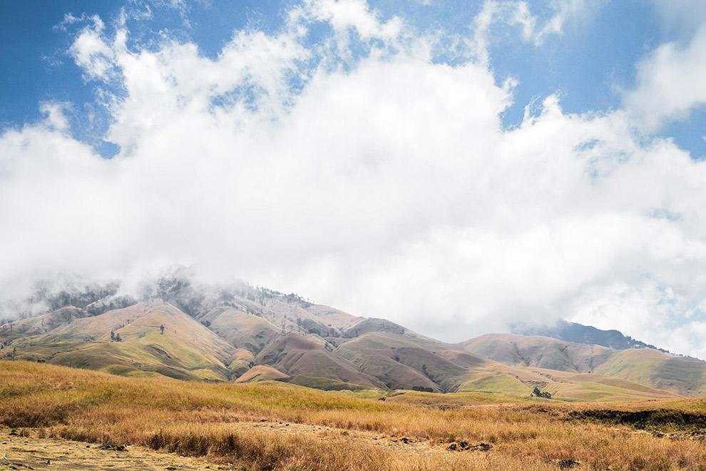 Wolken hangen laag boven Indonesisch uitgestrekt landschap