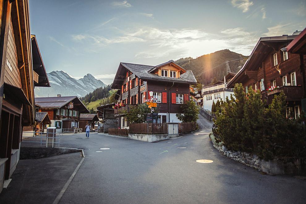 Typisch Zwitsers dorpje met spitse bergtoppen op de achtergrond