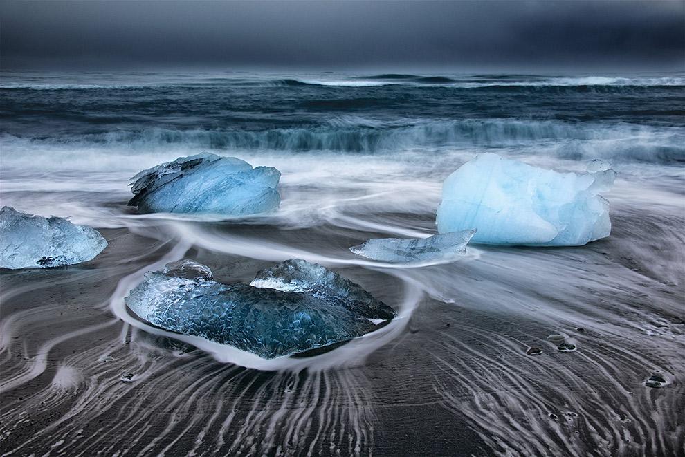 IJs verandert in diamanten op het zwarte Jökulsárlón strand in IJsland